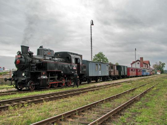 07.09.2008 - Opočno pod O.h.: 423.0145 v čele vlaku 39454 z Dobrušky, v němž je i 103.002-2 © PhDr. Zbyněk Zlinský
