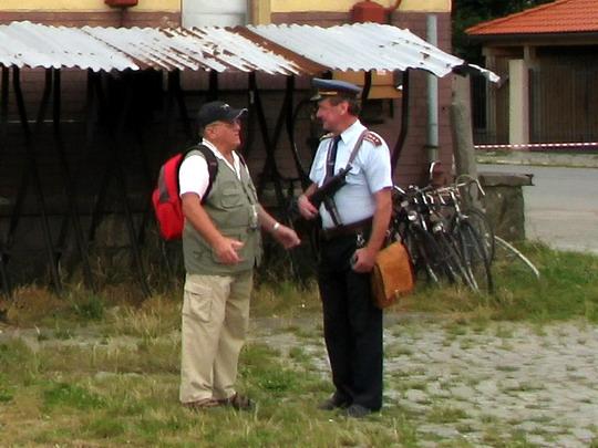 07.09.2008 - Dobruška:  pan Čep ve službě a družném hovoru © PhDr. Zbyněk Zlinský