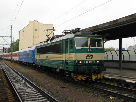 Slavnostní vlak přijíždí k 1. nástupišti holešovického nádraží © PhDr. Zbyněk Zlinský