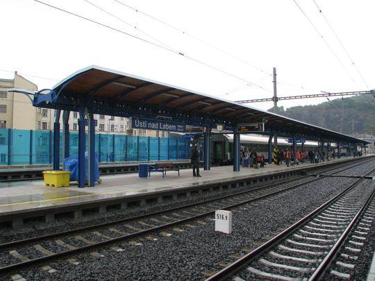 Druhé nástupiště a v pozadí protihluková stěna © PhDr. Zbyněk Zlinský