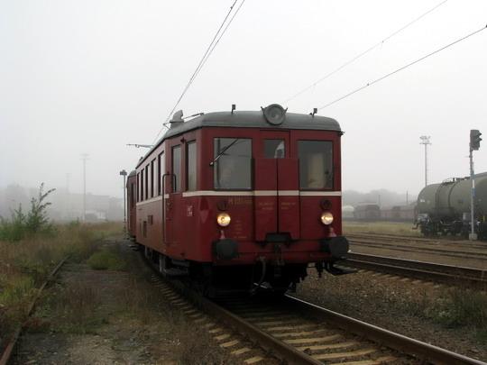 M 131.1405 v čele pendlu ze SOKV na Ústecké hlavní nádraží v mlhavém ránu  28.9.2008  © PhDr. Zbyněk Zlinský