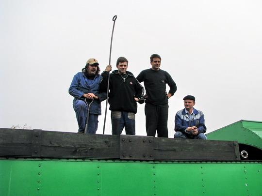 """Osádka """"Zeleného Antona"""" pózuje na tendru stroje 486.007 na výstavní koleji v SOKV Ústí n.L. dne 28.9.2008 © PhDr. Zbyněk Zlinský"""