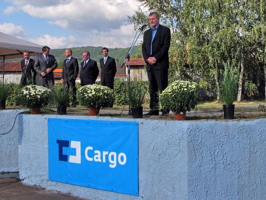 Modré logo ČD Cargo a jeho řečnící generál Josef Bazala v modré košili při zahajení oslav v SOKV Ústí nad Labem dne 26.9.2008 © PhDr. Zbyněk Zlinský