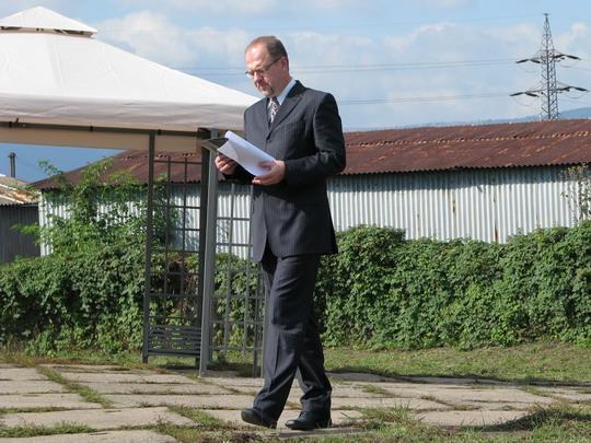 Václav Žmolík piluje text před zahajením oslav v SOKV Ústí nad Labem dne 26.9.2008 © PhDr. Zbyněk Zlinský
