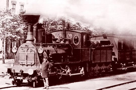 Z provozu na ATE - stroj řady Ib v čele osobního vlaku v Mariánských Radčicích kolem r. 1900, autor neznámý (zdroj Wikipedia)