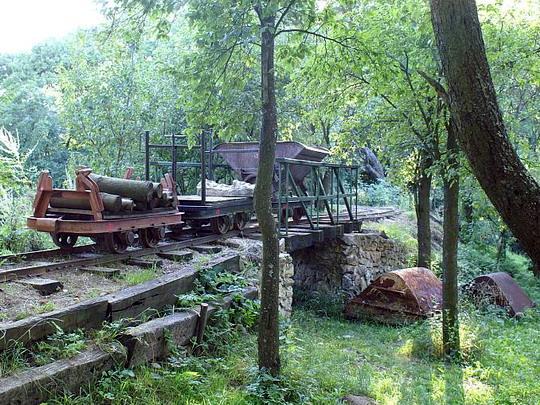 7.8.2008 - Katarínka: tři nákladní vagonky na mostku z původní smolenické železničky © Mixmouses