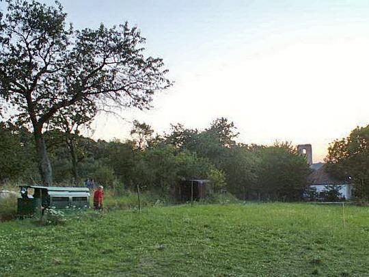 7.8.2008 - Katarínka: vlevo mašinka v zářezu se chystá do depa, vzadu vyčnívá část zříceného kláštera Katarínka © Mixmouses