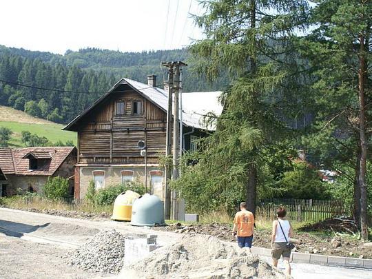 31.7.2008 - Rajnochovická lž: původní staniční budova lesní železnice, ta vedla v místě dnešní rekonstruované cesty © Mixmouses
