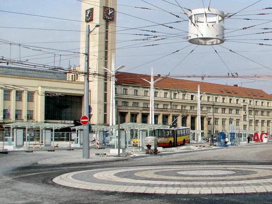 14.10.2008 - Hradec Králové: trolejbus linky 1 projíždí zatím nefunkční zastávkou Hlavní nádraží © PhDr. Zbyněk Zlinský