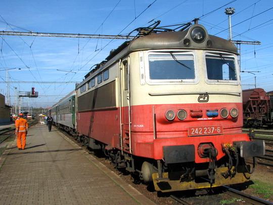 """12.10.2008 - Jihlava: 242.237-6 nastoupila na R 664 """"Jakub Krčín"""" Brno hl.n. - Plzeň hl.n. © PhDr. Zbyněk Zlinský"""