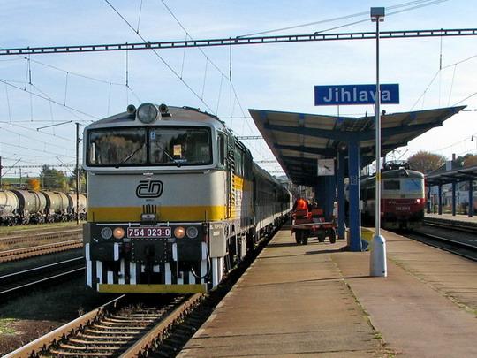 """12.10.2008 - Jihlava: 754.023-0 přiváží R 922 """"Vajgar"""" Brno hl.n. - České Budějovice © PhDr. Zbyněk Zlinský"""