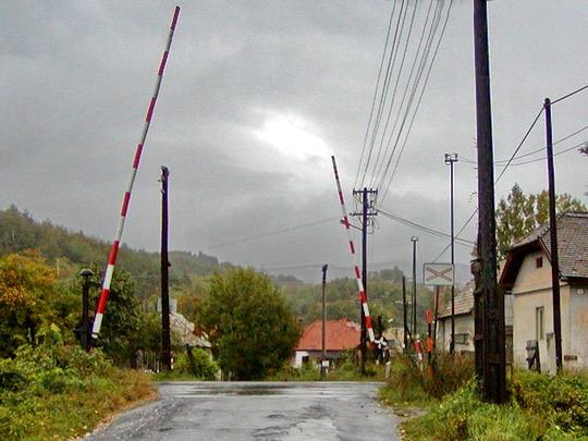 Radzovce - Pohľad na priecestie od hlavnej cesty, 24.9.2003, © ddzz