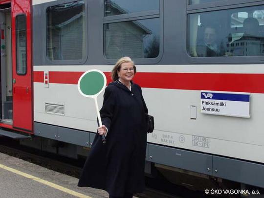 16.05.2005 - Joensuu: finská ministryně dopravy a telekomunikací zahajuje předváděcí jízdu vozu Dm12 4401 © ŠKODA VAGONKA