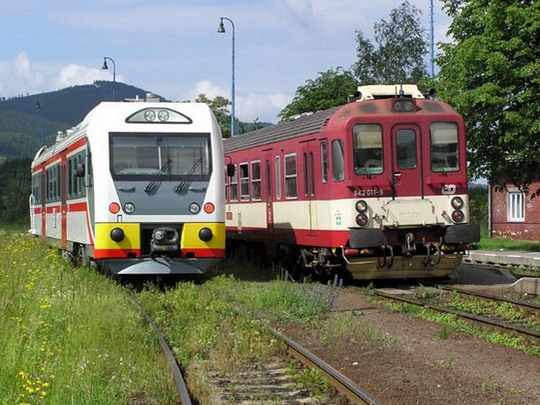 18.06.2004 - prezentační jízda: setkání dvou generací - vozů Dm12 4401 a 842.011-2 © ŠKODA VAGONKA