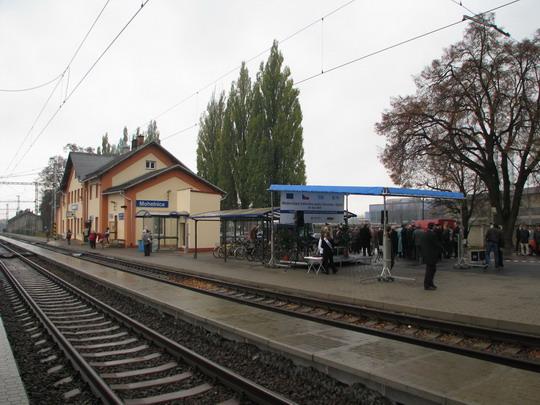 29.10.2008 - Mohelnice: cestující a oslavující © PhDr. Zbyněk Zlinský