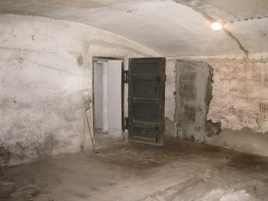 Vstup do vlastního krytu v 1. PP žst. Praha-Dejvice - 6.11.2008 © PhDr. Zbyněk Zlinský