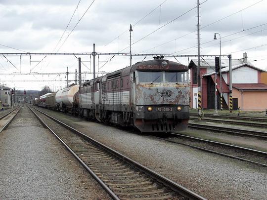 13.01.2007 - Letohrad: 751.080-3 + 751.104-1 v čele nákladního vlaku z PPS Lichkov/Międzylesie © PhDr. Zbyněk Zlinský
