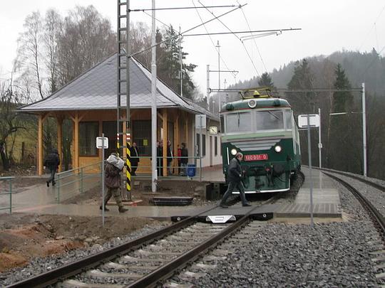 20.11.2008 - Jablonné n.O.: zmoklá zastávka zvláštního vlaku v Těchoníně © PhDr. Zbyněk Zlinský