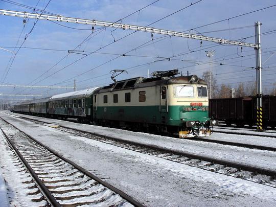 19.11.2005 - Týniště n.O.: 130.010-2 v čele R 973  Hradec Králové - Brno (přes Choceň) © PhDr. Zbyněk Zlinský