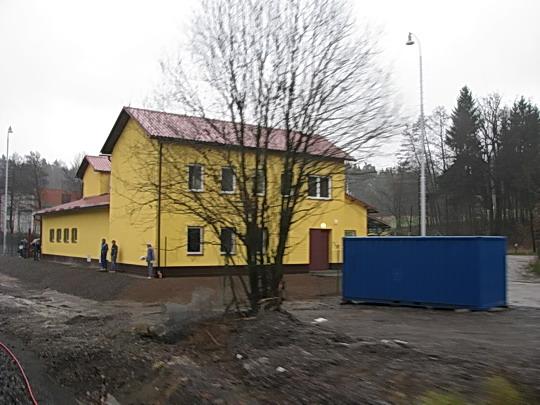 20.11.2008 - Jablonné n.O.: trakční měnírna se šotouši i dělnými diváky (foto ze ZvlSp 33366)  © PhDr. Zbyněk Zlinský