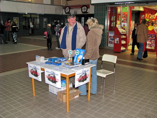 Prodej regionálních jízdních řádů hale královéhradeckého hlavního nídraží dne 27.11.2008  © PhDr. Zbyněk Zlinský