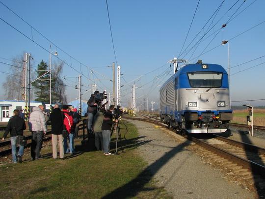 03.12.2008 - VUZ Velim: lokomotiva 380.002-6 zvládá první vlnu zájmu médií© PhDr. Zbyněk Zlinský