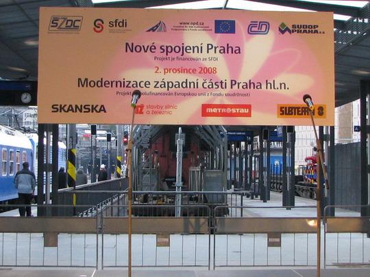 02.12.2008 - Praha hl.n.: informace o stavbě na pozadí pódia na prvním nástupišti © PhDr. Zbyněk Zlinský