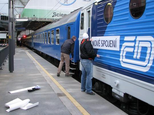 02.12.2008 - Praha hl.n.: spojování Nového spojení s novými barvami Českých drah © PhDr. Zbyněk Zlinský