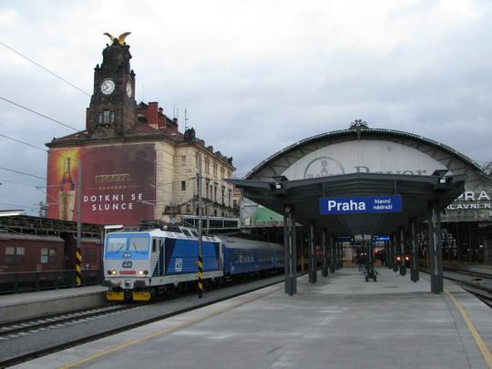 02.12.2008 - Praha hl.n.: 163.257-9 nastoupila na soupravu zvláštního vlaku © PhDr. Zbyněk Zlinský