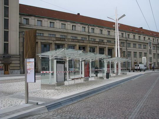 18.11.2008 - Hradec Králové: rekonstrukce Riegrova nám. - dodateščně zneplatněné stanoviště MHD © PhDr. Zbyněk Zlinský