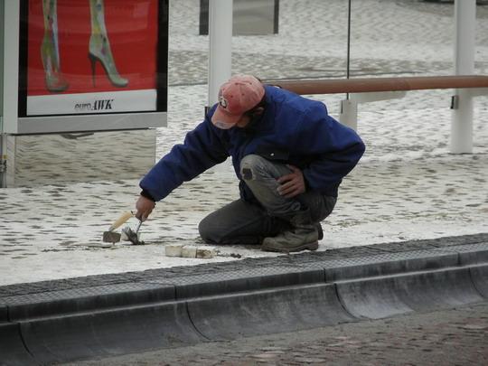 27.11.2008 - Hradec Králové: rekonstrukce Riegrova náměstí - oprava reklamované dlažby na stanovišti E zastávky Hlavní nádraží © PhDr. Zbyněk Zlinský