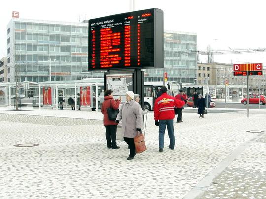 10.12.2008 - Hradec Králové: zprovoznění Riegrova náměstí - dispečer DPHK ukazuje cestu ke stanovišti © PhDr. Zbyněk Zlinský