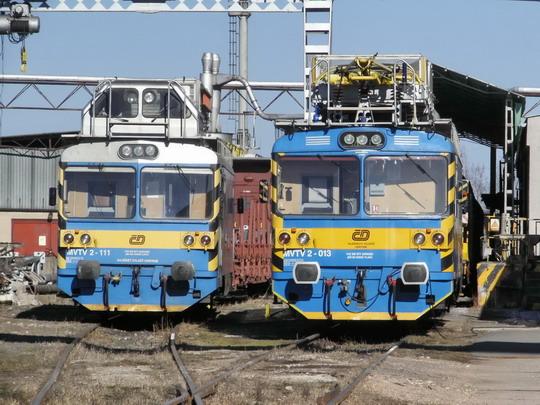 """16.02.2008 - Hradec Králové: nerekonstruované MVTV 2-111 a MVTV 2-013 v areálu """"dráteníků"""" SDC - OTV Hradec Králové © PhDr. Zbyněk Zlinský"""