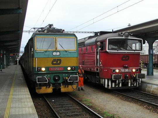 14.12.2008 - Hradec Králové hl.n.: 163.256-1 stále na R 251, 750.285-9 od protijedoucího R 792 už jede do šturcu © PhDr. Zbyněk Zlinský