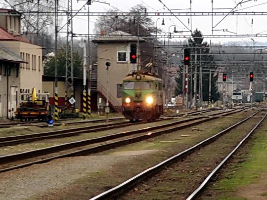 """14.12.2008 - Letohrad: """"Rumcajs"""" EU07-477 nastupuje na R 251 Praha hl.n. - Wrocław Główny © PhDr. Zbyněk Zlinský"""