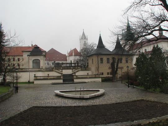 20.12.2008 - Teplice: zámek s pravoslavným a katolickým kostelem © PhDr. Zbyněk Zlinský
