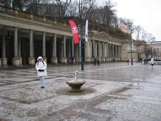 20.12.2008 - Karlovy Vary: Helena mokne před kolonádou © PhDr. Zbyněk Zlinský