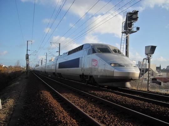 Chvíľkové pekné počasie umožnilo odfotiť aj ďalšie TGV, tentokrát už v meste, Vannes, 7.12.2008, © Peter Žídek