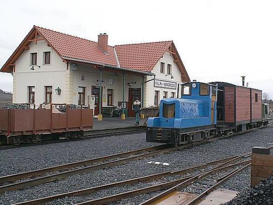 20.12.2008 - Kolínská řepařská drážka: pracovní vlak ve stanici, osádka si pochutnává na výtečném guláši paní náčelníkové © Mixmouses
