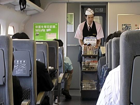 17.09.2008, Okayama - Tokio, Šinkansen Hikari 336 - obsluha mobilbaru © Miket