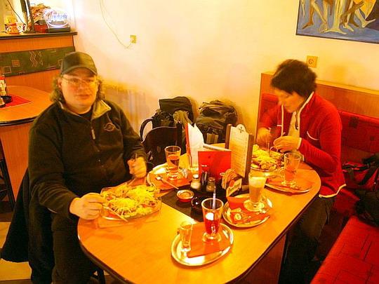 26.12.2008 - České Budějovice: poněkud prokřehlí se zahříváme u svačinooběda © Mixmouses