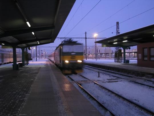 "09.01.2009 - Pardubice hl.n.: 163.068-0 přijíždí v čele opožděného IC 583 ""Bohemia"" Praha hl.n. - Bohumín © PhDr. Zbyněk Zlinský"