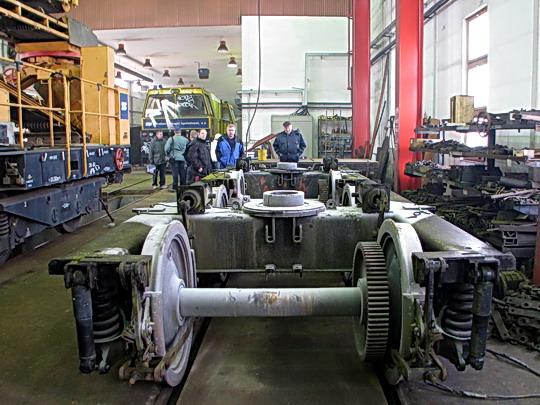 09.01.2009 - TSS Hulín: SČ 600 S č. 02 a vyvázané podvozky, v pozadí PA 300.1 č. 02 © PhDr. Zbyněk Zlinský