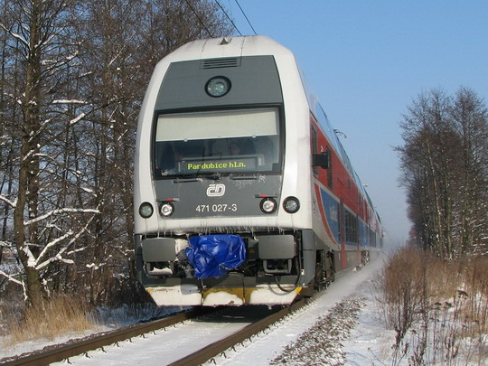 Příměstský vlak vedený elektrickou jednotkou (06.01.2009 - Hradec Králové-Březhrad) © PhDr. Zbyněk Zlinský