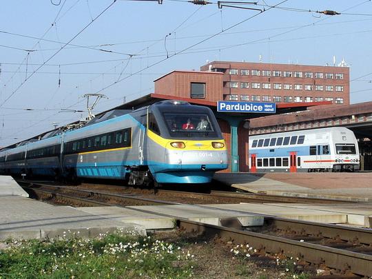 Jednotka 680.001 při testovací jízdě a odstavená 971.003-9 + 071.003-8 + 471.001-8 (13.10.2005 - Pardubice hl.n.) © PhDr. Zbyněk Zlinský