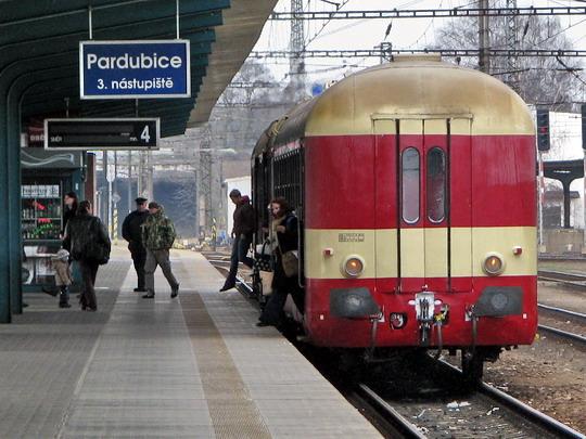 15.02.2009 - Pardubice hl.n.: souprava 854.209-4 + 050.002-5 přijela postrkem jako R 1180 DOUBRAVA Jihlava - Pardubice hl.n. © PhDr. Zbyněk Zlinský