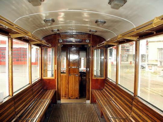 Interiér historického vozu vůz č. 117 (6MT) z roku 1953 (19.01.2008 - vozovna DP Liberec) © PhDr. Zbyněk Zlinský