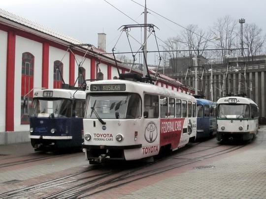 """""""Metrovky"""" č. 42 (T3 ), č. 62 (T3m) a č. 69 (T3m) (19.01.2008 - vozovna DP Liberec) © PhDr. Zbyněk Zlinský"""