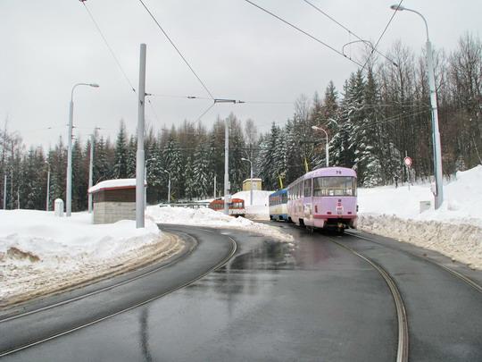 Dvojice vozů č. 81 (T3M) + 79 (T3M) na už jen normálněrozchodné smyčce konečné linky 3 Horní Hanychov, vpředu  č. 47 (T3P-LF) + 24 (T3P Var CB3) (25.02.2009 - Liberec) © PhDr. Zbyněk Zlinský