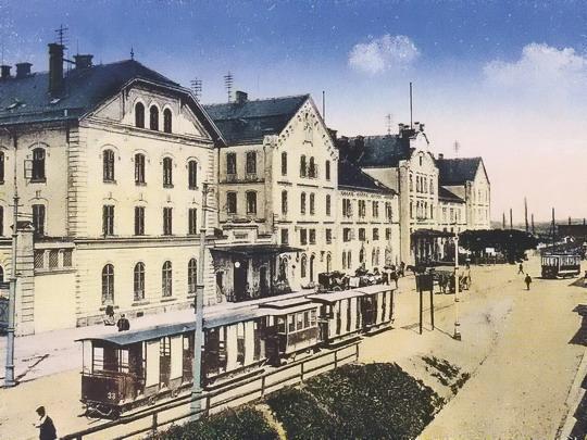 Tramvajový provoz před libereckým nádražím v roce 1920 (dobová pohlednice, zdroj Czech Trams)